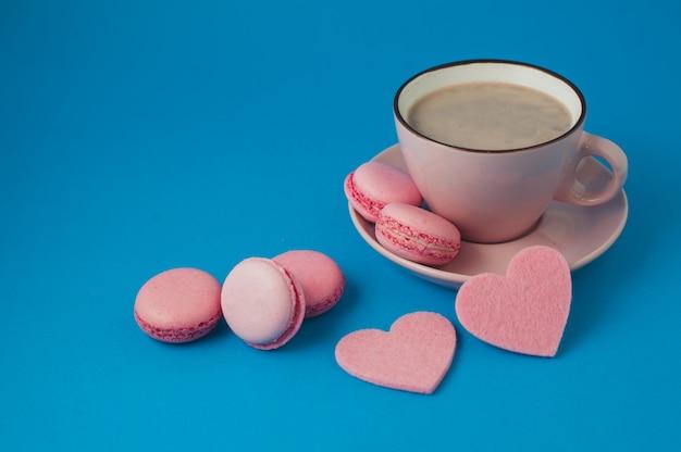 День святого валентина. розовые миндальные печенья и сердечки