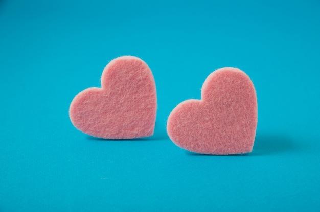 バレンタインの日、ピンクの青の背景に心を感じた