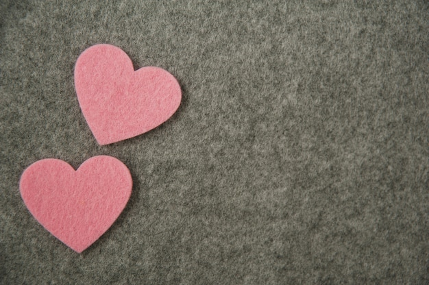 灰色の背景にピンクの心。バレンタイン・デー