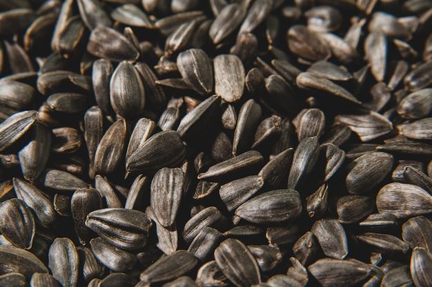 黒いひまわりの種の表面。健康食品。