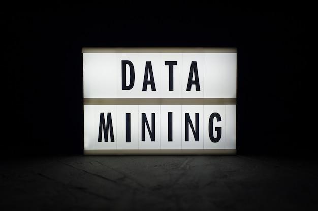 データマイニング-暗闇の中で明るいディスプレイ上のテキスト。暗号通貨ニュース。