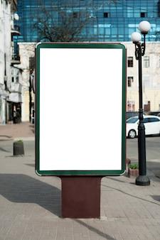 市内のブランクの看板のモックアップ。テキスト、屋外広告、バナー、ポスター、または公開情報の場所。