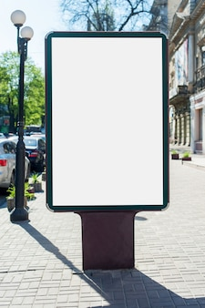 モックアップ-都市のブランクの看板。テキスト、屋外広告、バナー、ポスター、または公開情報の場所。