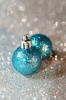 Синие сверкающие елочные шары на фоне серебряный глиттер. новый год, макро фото
