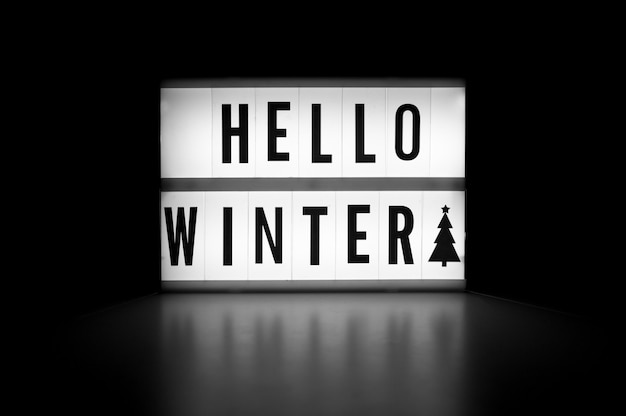 こんにちは冬-暗闇の中でディスプレイライトボックス上のテキスト