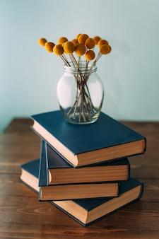 Стопка книг и цветов