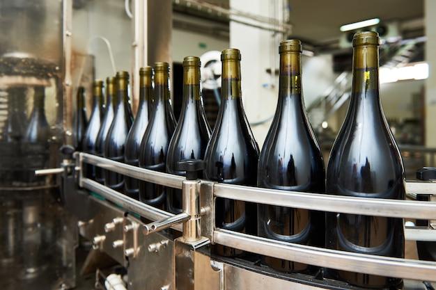 Разливочно-укупорочная конвейерная линия на винодельне