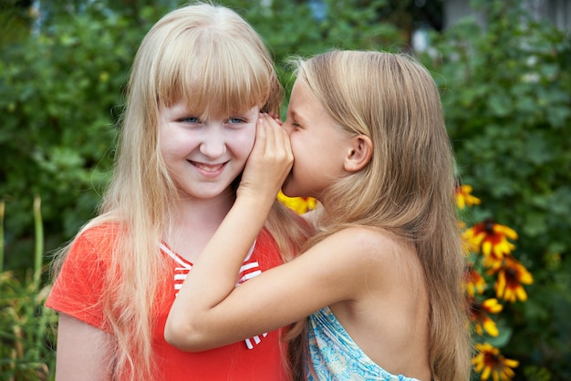 Девушки рассказывают друг другу секреты