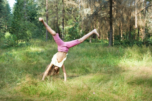 Девушка падает на траву