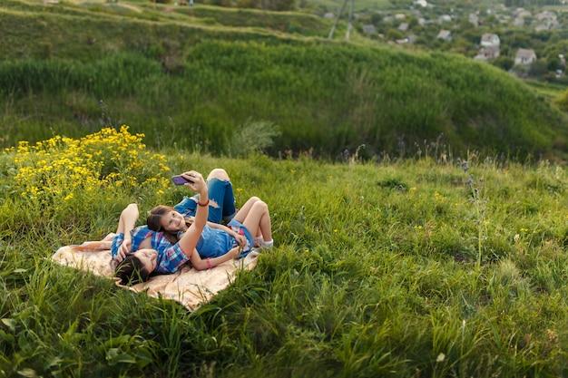 Мать и дочь делают селфи на ковре