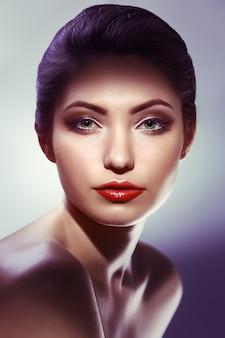 美しさの女性の肖像画。白い背景の上の美しい少女。