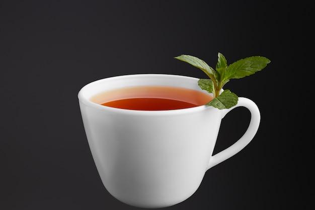 Чайная чашка с мятой