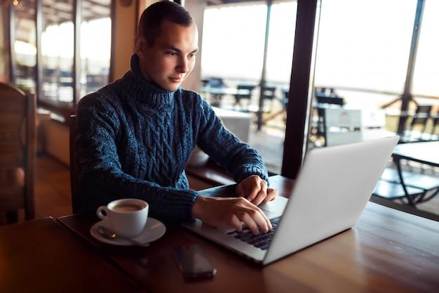 若者。カフェでタブレットコンピューターを使用している学生