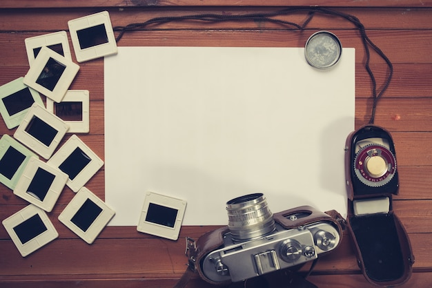 Ретро камера и несколько старых фотографий на деревянный стол