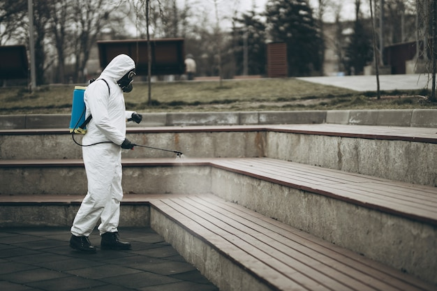 Чистка и дезинфекция городской мебели