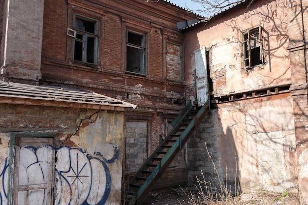 Руина. разрушенный временем жилой дом
