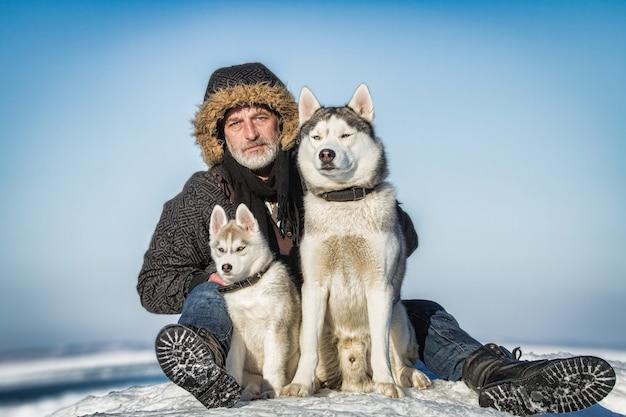 Старик и ездовые собаки на льдине.