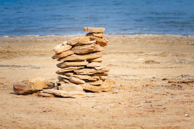 Желтые камни, лежащие на пляже