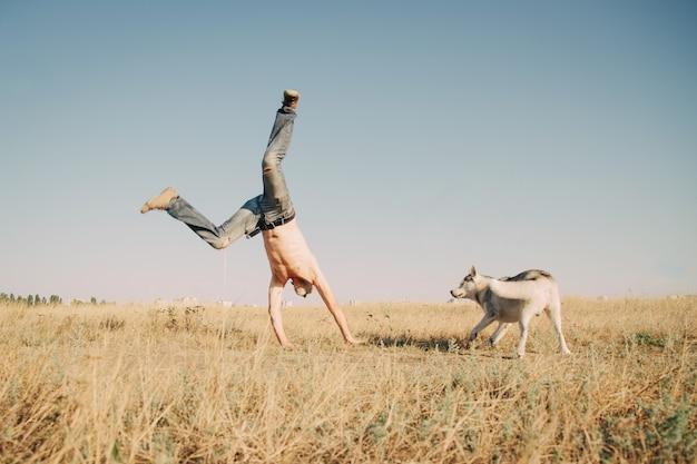 Старик прыгает в пшеничном поле