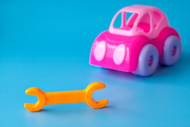 Пластиковые игрушки для детей на синем