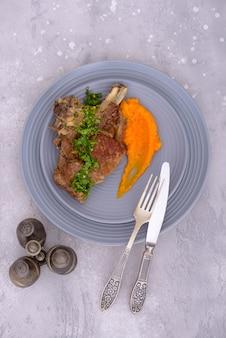 グラモラータとマッシュポテトを添えた牛肉
