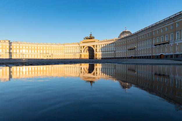 Пустая дворцовая площадь и генеральный штаб в петербурге во время пандемии коронавируса и самоизоляции людей