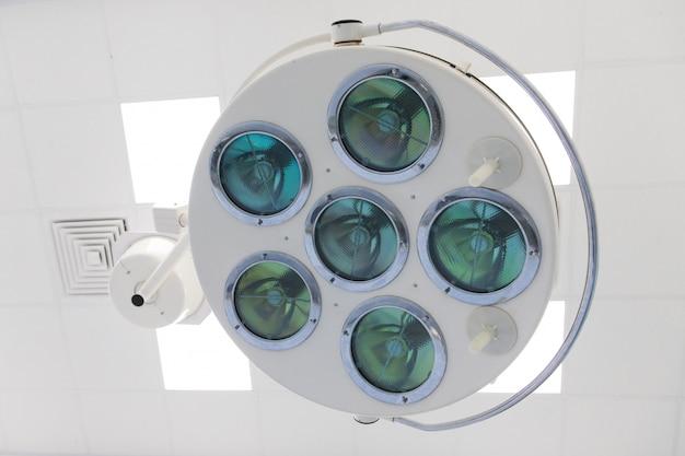 クリニック、水平、底面の手術室で現代の医療/外科ランプのクローズアップ