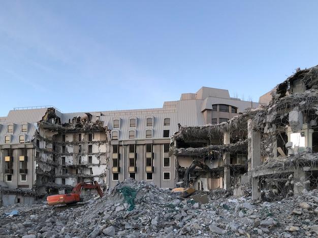 新築のための旧ホテル解体の建物