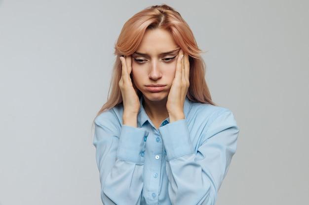 Недостаток сна, переутомление, скука, усталость. уставшая женщина хочет спать на работе