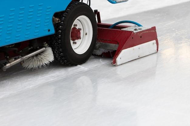 Полированный лед готов к матчу. машина для обслуживания льда крупным планом