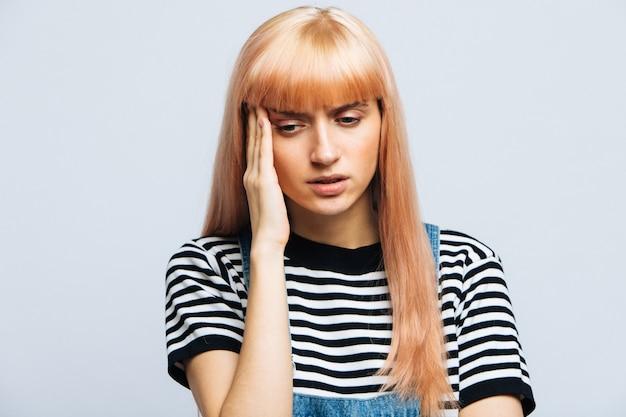 Грустная и взволнованная молодая европейская женщина в депрессии