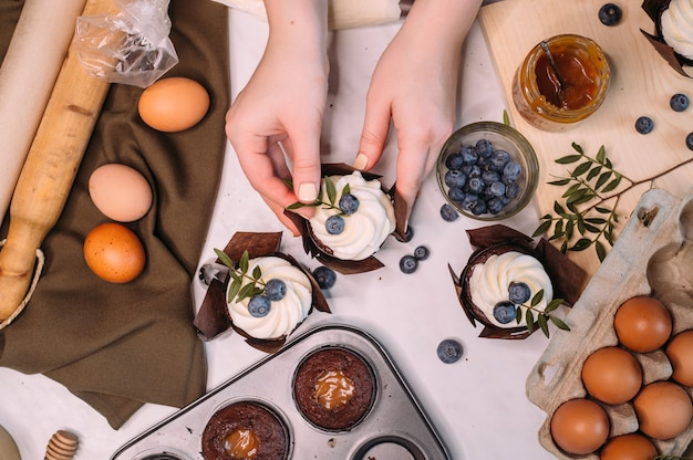 クリームで自家製チョコレートカップケーキを作るプロセス