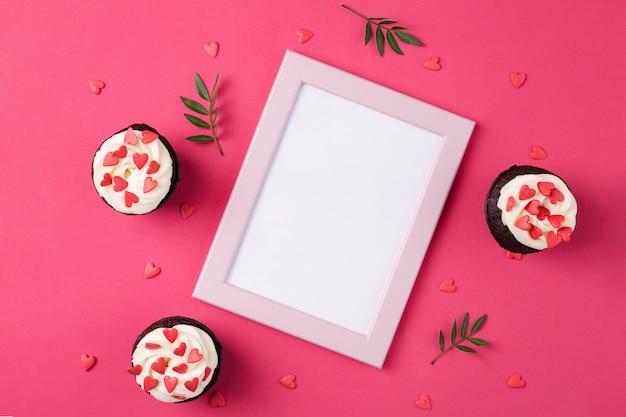 ハートで飾られたカップケーキ。愛。バレンタインデーのコンセプトです。コピースペース、トップビュー。