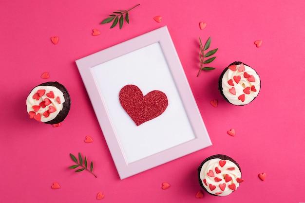 ハートで飾られたカップケーキ。愛。バレンタインデーのコンセプトです。上面図。