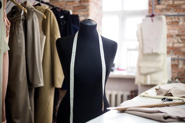 Модная креативная дизайнерская концепция интерьера с манекеном манекена