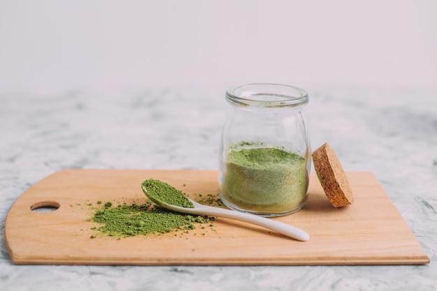 乾燥した緑色の粉末。飲み物を作るための伝統的な中国の抹茶。