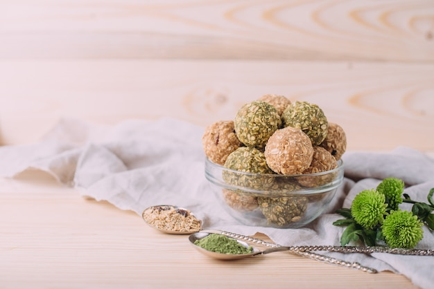 レーズンアーモンドハニーブリスボール。オートミールアーモンドバターと蜂蜜で健康的なオートミールスナックエネルギーボール。