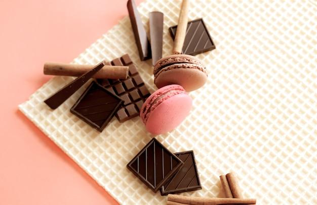 チョコレートとワッフルテクスチャテーブルのマカロン
