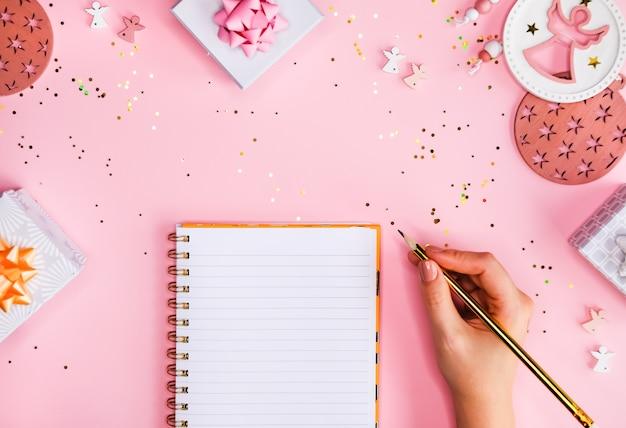ノートとペンで女性の手