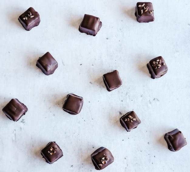 Пралине из темного шоколада.
