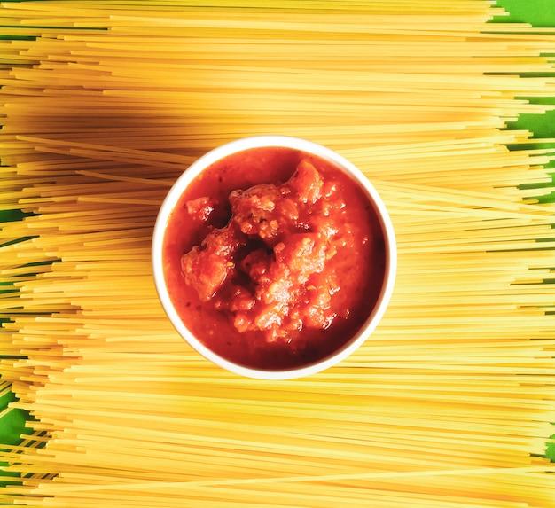 Спагетти и соус