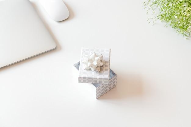 Ноутбук и подарочная коробка