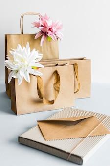 茶色の紙袋と封筒