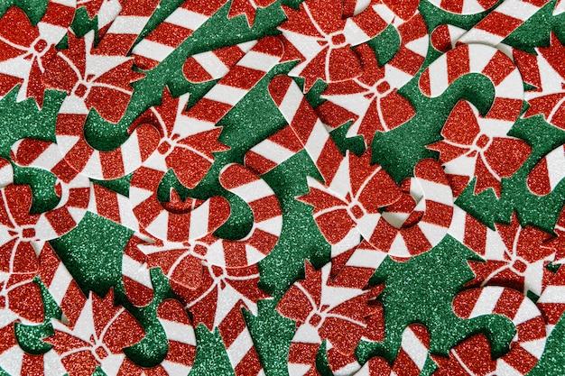 クリスマスの組成物。緑の背景にクリスマスキャンデー杖パターン。幸せな休日と新年のコンセプトです。