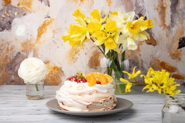 パブロワは、フルーツとホイップクリームをトッピングしたメレンゲベースのケーキです。
