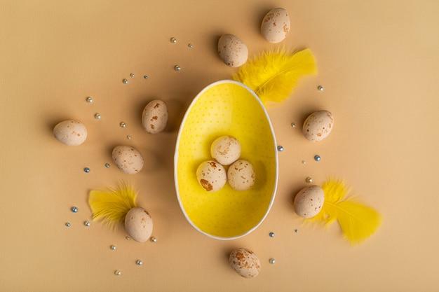 Пасхальный фон с марципановыми яйцами на бежевом фоне