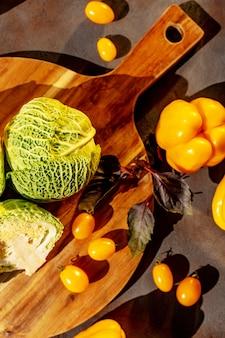 テーブルの上の新鮮なサボイキャベツとトマトの頭