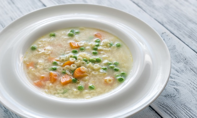 Итальянский куриный суп с пастой и пармезаном