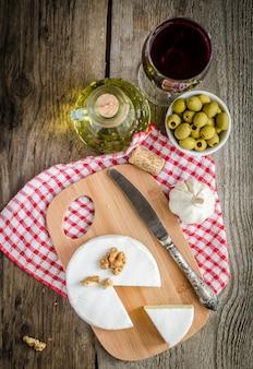 Сыр камамбер и красное вино