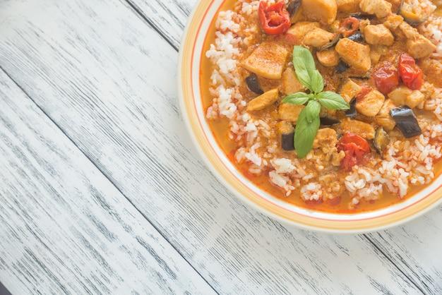 Тайское красное куриное карри с белым рисом